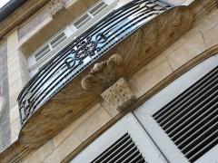 Hôtel particulier - English: Hôtel particulier balcony detail 7 rue Diderot Moulins