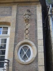 Hôtel particulier - English: window detail mansion 7 rue Diderot Moulins
