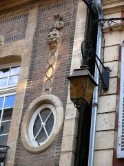 Hôtel particulier - Français:   Hôtel particulier - Moulins - Détail d\'ornementation