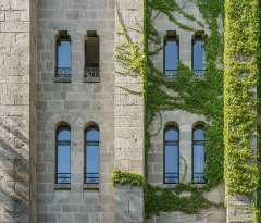 Ancien château fort Saint-Etienne - English:   Windows of the Saint Stephen Castle in Aurillac, Cantal, France