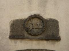 Immeuble situé au fond de l'impasse Vermenouze - Français:   Date sur la façade de l\'immeuble, 5 impasse Vermenouze, Aurillac, Cantal, France.