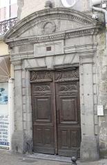 Maison - Français:   Immeuble avec portail du 18e siècle, 10 rue du Consulat à Aurillac.