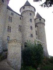 Château de Val et ses dépendances - Château de Val à Lanobre (Cantal, France); façade occidentale