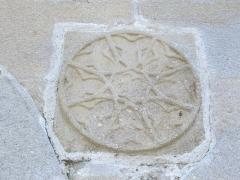 Château de Val et ses dépendances - Chapelle du château de Val à Lanobre (Cantal, France); bas-relief sur la paroi occidentale