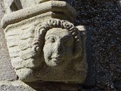 Ancienne église Saint-Vincent - Saint-Flour - Église Saint-Vincent - Portail latéral sculpté rue Sorel: détail