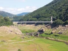 Pont de Tréboul - Français:   Pont de Tréboul. Ce pont est noyé par la retenue d\'eau du barrage de Sarrans. (Sainte-Marie, Cantal, Auvergne).