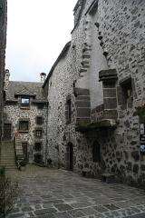 Beffroi appelé aussi Tour de l'horloge - Français:   une maison du village de salers dans le cantal