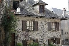 Maison - Français:   Maison du XVIIe siècle, rue Martille à Salers.