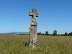 Menhir christianisé de La Croix-Grosse - Français:   Le menhir christianisé de la Croix-Grosse, Sériers, Cantal, France.