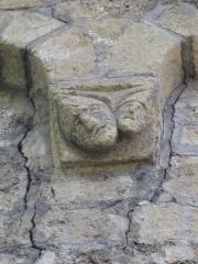 Eglise Saint-Pierre d'Ourjout - Français:   Un culot sculpté: deux têtes coiffées de chapeaux pointus.