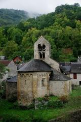 Eglise Saint-Pierre d'Ourjout - Français:   Église Notre-Dame d\'Ourjout. Deux chapelles formant transept ont été ajoutées au 18e siècle. Extérieurement, l\'abside porte une corniche à modillons au-dessus d\'arcatures sur corbelets sculptés.
