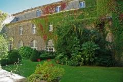 Ancien prieuré et remparts - Français:   En 1318, le prieuré est érigé en prieuré conventuel et confié aux Bénédictins.
