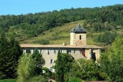 Ancien prieuré et remparts - Français:   Le clocher fortifié carré (14e siècle) soutenu par deux contreforts d\'angle, fait partie de l\'ensemble défensif.