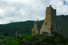 Ruines du château d'Arquizat - This building is indexed in the Base Mérimée, a database of architectural heritage maintained by the French Ministry of Culture,under the reference PA00093824 .
