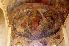 Eglise Saint-Michel - Français:   L'abside est couverte en cul-de-four et la nef est voûtée en berceau sur doubleaux retombant par des dosserets sur des piliers carrés. Des peintures recouvrent le cul-de four où le Christ en majesté est entouré de saints avec deux archanges.