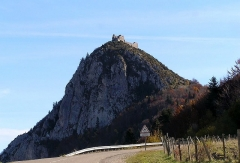 Château cathare - En pays Cathare, début du XIIIème siècle. Construit sur l'ancien village fortifié, lieu de résistance des cathares et des faydits.