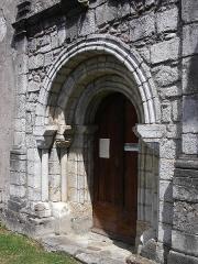 Eglise de Luzenac - Français:   Le portail possède deux archivoltes reposant sur des chapiteaux ornés de palmettes et de visages humains.
