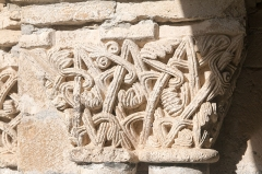 Ancienne cathédrale et cloître -   Capital decorated with geometric decor.