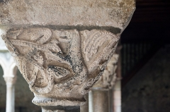 Ancienne cathédrale et cloître -  Capital decorated with savage beasts.