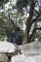 Pont -  At the top of her mound, the gardener of the Mount of Olives consult the book of wisdom.