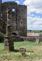 Donjon et les restes du château - Français:   Les restes du château de la commanderie de La Couvertoirade, vus de l\'ancien cimetière (Aveyron, France)