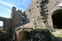 Donjon et les restes du château - Français:   la couvertoirade - Donjon et les restes du château interieur