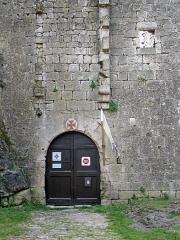 Donjon et les restes du château - Français:   Donjon et les restes du château à La Couvertoirade, Aveyron, France