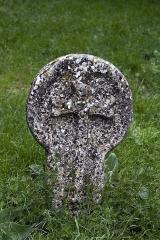 Eglise et ancien cimetière -   Disk-shaped gravestone.