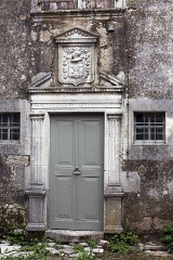 Maison adossée au front Nord des remparts -  Mansion of the renaissance leaning against the north wall. The door has two fluted pilasters. Above, a cartridge holder with a helmet with a leaping lion crest and above, a tree with two birds.