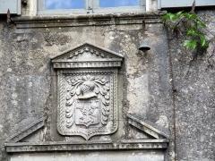Maison adossée au front Nord des remparts - Français:   Cartouche au dessus de la porte de l\'Hôtel de Grailhe, La Couvertoirade, ,Aveyron, France
