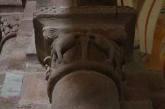 Chapelle de Perse - Intérieur de l'église Saint-Hilarian-Sainte-Foy de Perse à Espalion (12). Chapiteau.