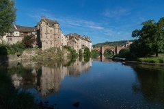 Ancien palais de justice - English: Former palace of justice and Pont-Vieux in Espalion, Aveyron, France