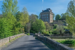 Pont sur l'Aveyron - English: Old bridge and castle of Montrozier, Aveyron, France.