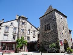 Vieille tour servant de porte de ville - Français:   Mur-de-Barrez - Tour de Monaco