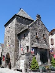 Vieille tour servant de porte de ville - Français:   Mur-de-Barrez - Tour de Monaco avec le monument aux morts