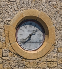 Eglise - English: Clock on the bell tower of the Saint Peter Church of Pierrefiche, Aveyron, France