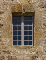 Ancienne grange monastique, dite château de Galinières, et ses annexes - English: Window of the donjon of the castle of Galinières, commune of Pierrefiche, Aveyron, France