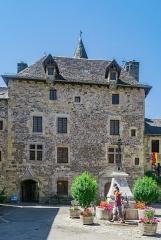 Château - English: Castle of the family Curières in Sainte-Eulalie-d'Olt, Aveyron, France