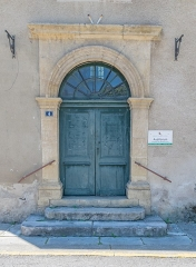 Ancien hospice - English: Door of the chapel of the former hospice in Saint-Geniez d'Olt, Aveyron, France