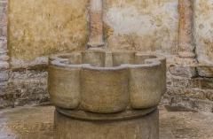 Eglise du Saint-Sépulcre - English: Baptismal font in the church of the Holy Sepulchre of Villeneuve, Aveyron, France