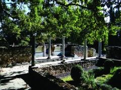 Ruines de la villa gallo-romaine - Nederlands: De Gallo-Romeinse villa te Montmaurin, Haute-Garonne, Midi-Pyrénées, dateert uit het midden van de Ie eeuw n.C. maar werd verbouwd of herbouwd in de IVe en Ve eeuw. Het complex betreft een landelijke nederzetting met zowel woon- als landbouwfunctie. Het domein besloeg bij de 19 hectaren en bleef bewoond tot eind Ve, mogelijk begin VIe eeuw. De huidige overblijfselen geven de toestand weer vanaf de IVe eeuw. Op de foto een gedeelte van de vleugel met de thermen.