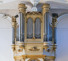 Eglise - English:  Church of Mary Magdalene of Pibrac,  Haute-Garonne France –  Gallery Organ Bertrand Feuga started in 1863, completed in 1864 by Theodore Puget; Restored in 1980 by Alain Leclere. The console window has two manuals (great organ, 7 games, Swell, 7 games) and pedal right to the German (1 set).</dd>