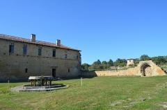 Ancienne abbaye de Bonnefont (également sur commune de Sepx) - Français:   Vue du bâtiment des convers, du lavabo, de l\'enfeu et au loin de la porterie.