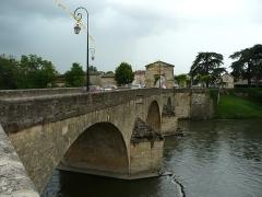 Pont, porte de pont et porte de ville - Français:   Le côté amont du pont de Saint-Martory, Haute-Garonne, France.