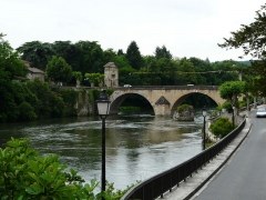 Pont, porte de pont et porte de ville - Français:   La Garonne et le pont de Saint-Martory, Haute-Garonne, France. Vue prise en direction de l\'amont.