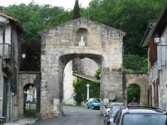 Pont, porte de pont et porte de ville - Français:   La porte de ville située dans le prolongement du pont de Saint-Martory, Haute-Garonne, France.