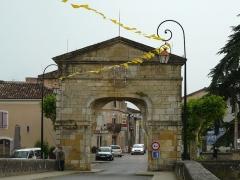 Pont, porte de pont et porte de ville - Français:   La porte située sur le pont de Saint-Martory, Haute-Garonne, France.