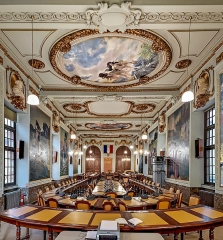 Hôtel de ville appelé Le Capitole - English:  City Council Room.
