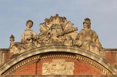 Hôtel de ville appelé Le Capitole - Statue sur le fronton du Capitole de Toulouse (MH: PA00094497) - Clémence Isaure (à gauche) et Athéna Pallas (à droite)