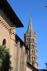 Ancien collège Saint-Raymond - Français:   Façade du musée Saint Raymond et clocher de l\'église Saint Sernin